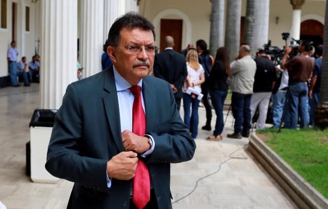 El diputado venezolano de Venezuela, Partido Socialista Unido (PSUV), Ferrer, deja la Asamblea Nacional de Venezuela después de una sesión en Caracas, Venezuela, 3 de julio de 2017. REUTERS / Marco Bello