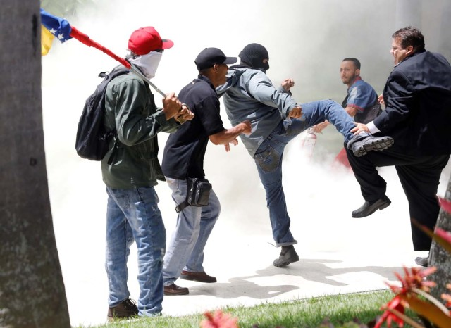 Government supporters clash with members of Venezuela's opposition-controlled National Assembly, in Caracas, Venezuela July 5, 2017. REUTERS/Andres Martinez Casares