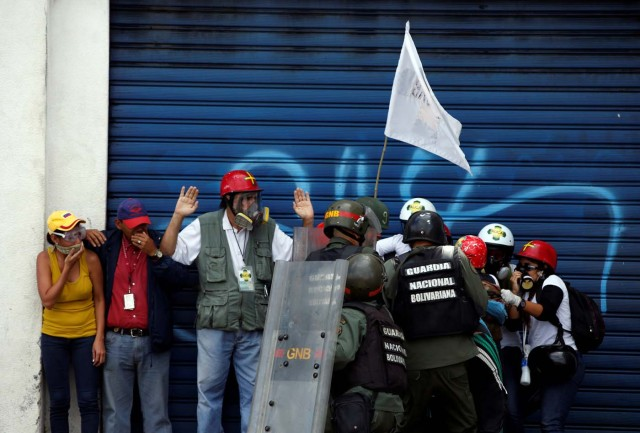 Members of security forces detain demonstrators during a rally against Venezuelan President Nicolas Maduro's government in Caracas, Venezuela, July 6, 2017. REUTERS/Andres Martinez Casares