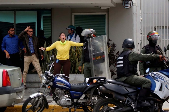 People confront members of the security forces during a rally against Venezuelan President Nicolas Maduro's government in Caracas, Venezuela, July 6, 2017. REUTERS/Carlos Garcia Rawlins