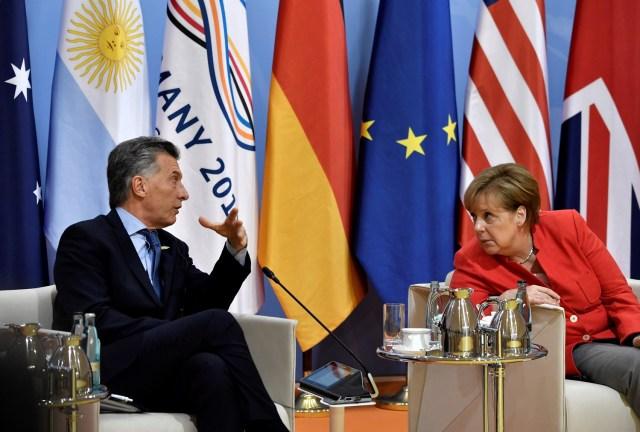 """El presidente de Argentina, Mauricio Macri, y la canciller alemana, Angela Merkel, hablan al comienzo de la """"reunión de retirada"""" del primer día de la cumbre del G20 en Hamburgo, Alemania, el 7 de julio de 2017. REUTERS / John MACDOUGALL / POOL"""