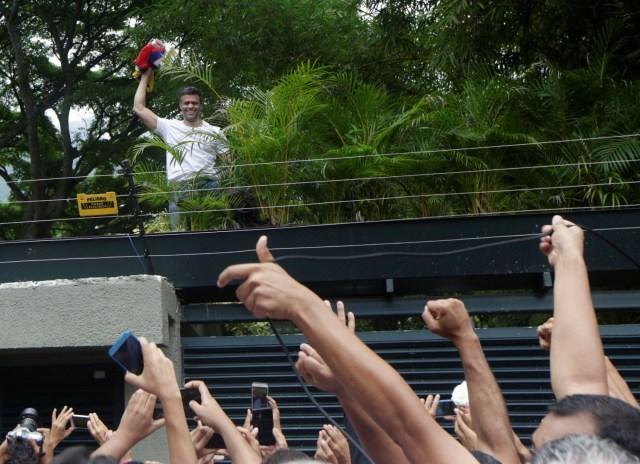 El líder de la oposición venezolana, Leopoldo López, quien ha sido arrestado en casa después de más de tres años de cárcel, saluda a los simpatizantes, en Caracas, Venezuela, 8 de julio de 2017. REUTERS / Marco Bello