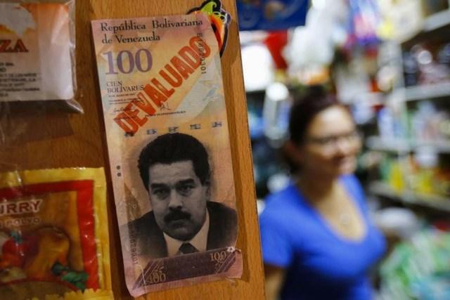Foto de archivo: Ejemplo de un billete de 100 bolívares con la cara del presidente de Venezuela, Nicolás Maduro,  se ve en un mercado en Caracas, Venezuela, tomada el 13 de febrero de 2015. REUTERS/Jorge Silva (VENEZUELA - Tags: POLITICS BUSINESS) - RTR4PH3V