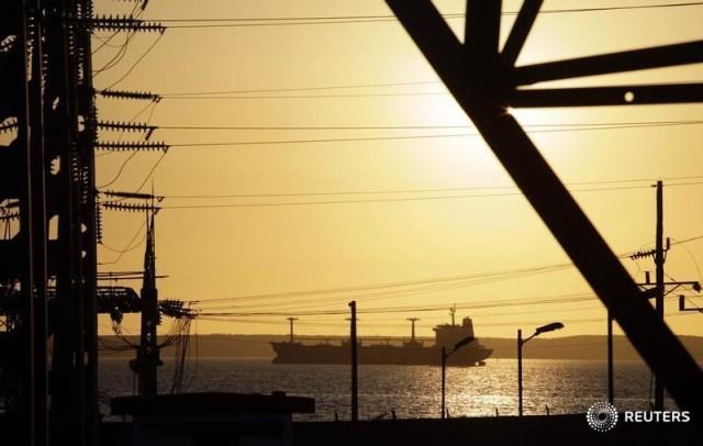 Imagen de archivo de un tanquero navegando cerca de la refinería petrolera de Cienfuegos, Cuba. 7 febrero 2013. REUTERS/Desmond Boylan