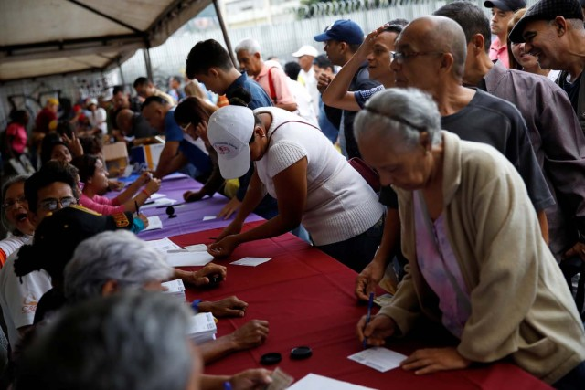 People cast their votes during an unofficial plebiscite against Venezuela's President Nicolas Maduro's government and his plan to rewrite the constitution, in Caracas, Venezuela July 16, 2017. REUTERS/Carlos Garcia Rawlins