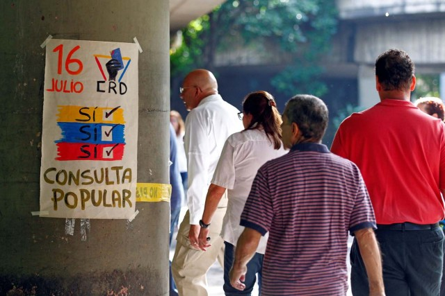 "People line up to vote at a polling station during an unofficial plebiscite against Venezuela's President Nicolas Maduro's government and his plan to rewrite the constitution, in Caracas, Venezuela July 16, 2017. The writing on the paper reads ""July 16, Yes, Yes, Yes, Referendum."" REUTERS/Christian Veron"
