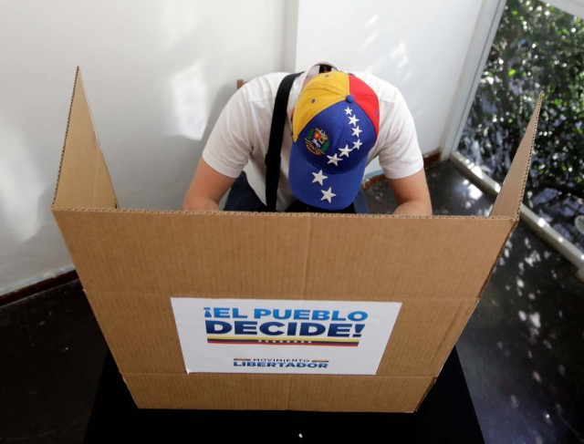 A person votes during an unofficial plebiscite against Venezuela's President Nicolas Maduro's government, in Sao Paulo, Brazil July 16, 2017. REUTERS/Paulo Whitaker