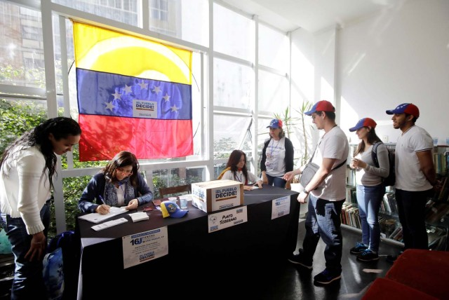 People wait to vote during an unofficial plebiscite against Venezuela's President Nicolas Maduro's government, in Sao Paulo, Brazil July 16, 2017. REUTERS/Paulo Whitaker
