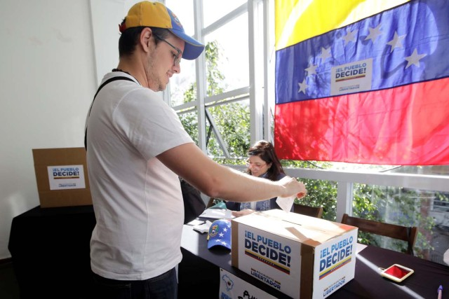 A man casts his vote during an unofficial plebiscite against Venezuela's President Nicolas Maduro's government, in Sao Paulo, Brazil July 16, 2017. REUTERS/Paulo Whitaker