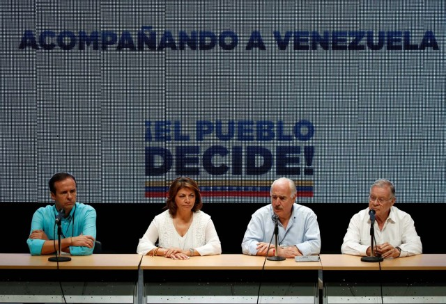 Bolivia's former President Jorge Quiroga (L), Costa Rica's former President Laura Chinchilla (2nd L), Colombia's former President Andres Pastrana (2nd R) and Costa Rica's former President Miguel Angel Rodriguez attend a news conference after an unofficial plebiscite against President Nicolas Maduro's government and his plan to rewrite the constitution, in Caracas, Venezuela July 16, 2017. REUTERS/Carlos Garcia Rawlins