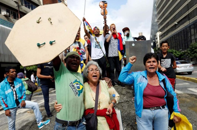 Demonstrators shout slogans at an avenue blockade during a rally against Venezuelan President Nicolas Maduro's government in Caracas, Venezuela, July 18, 2017. REUTERS/Andres Martinez Casares