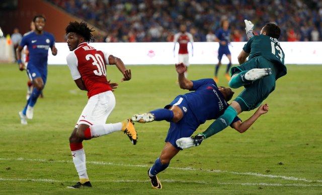 El delantero del Chelsea, Pedro, recibió un fuerte golpe en la cabeza. REUTERS/DAMIR SAGOLJ