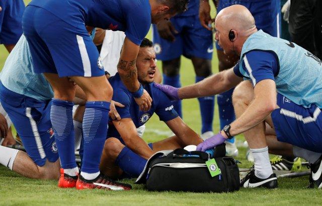 El delantero del Chelsea, Pedro, recibió un fuerte golpe en la cabeza. REUTERS/DAMIR