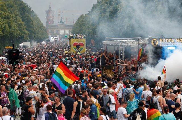 Alemanes participan en un desfile del Orgullo Gay. REUTERS/Fabrizio Bensch
