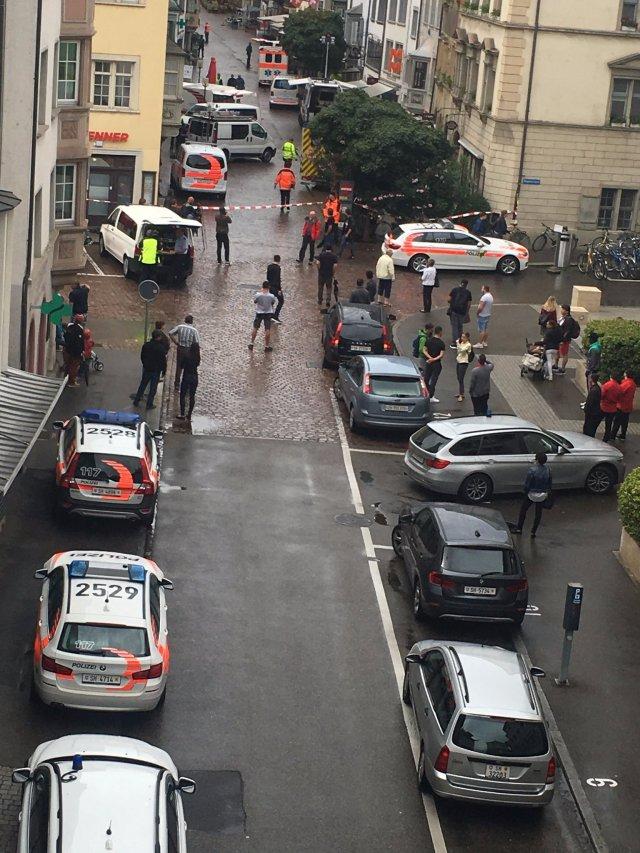 El cuadro muestra una calle acordonada después de un ataque de un hombre no identificado en Schaffhausen El cuadro muestra una calle acordonada apagado después de un ataque de un hombre no identificado en Schaffhausen, Suiza el 24 de julio de 2017 en esta imagen obtenida de medios sociales. Sebastian Kummer via REUTERS ESTA IMAGEN HA SIDO SUMINISTRADA POR UN TERCERO. NO HAY REVENDAS. NO HAY ARCHIVOS. CRÉDITO OBLIGATORIO