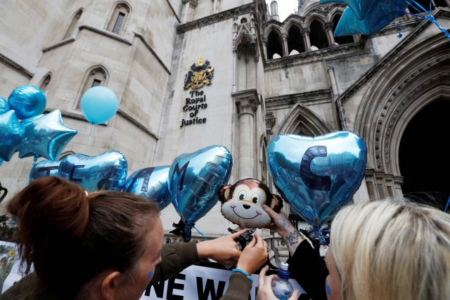 People attach balloons and messages for Charlie Gard and his parents to the railings outside the High Court ahead of a hearing on the baby's future, in London, Britain July 24, 2017. REUTERS/Peter Nicholls TPX IMAGES OF THE DAY