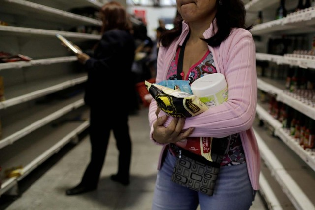 People buy food and other staple goods inside a supermarket in Caracas, Venezuela, July 25, 2017. REUTERS/Ueslei Marcelino