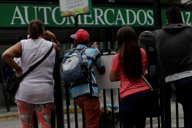 People gather to buy food and other staple goods outside a supermarket in Caracas, Venezuela, July 25, 2017. REUTERS/Ueslei Marcelino