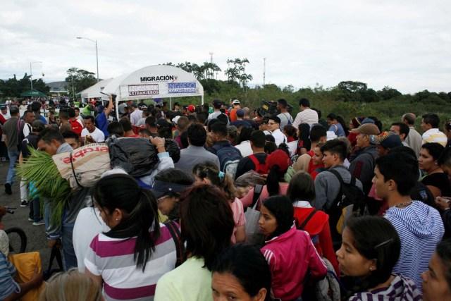 People line up to cross the Simon Bolivar international bridge into Colombia, in San Antonio del Tachira, Venezuela July 25, 2017. REUTERS/Luis Parada