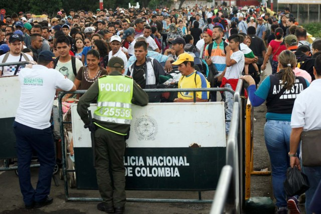 Venezolanos hacen cola para cruzar el puente internacional Simon Bolivar hacia Colombia en San Antonio del Táchira, Venezuela July 25, 2017. REUTERS/Luis Parada