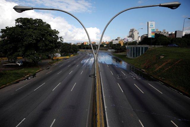 La autopista Francisco Fajardo de Caracas lució desolada durante el inicio del Paro Cívico. REUTERS/Carlos Garcia Rawlins