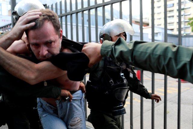 Un hombre es detenido durante una protesta antigubernamental en Caracas este 26 de julio de 2017. REUTERS/Marco Bello