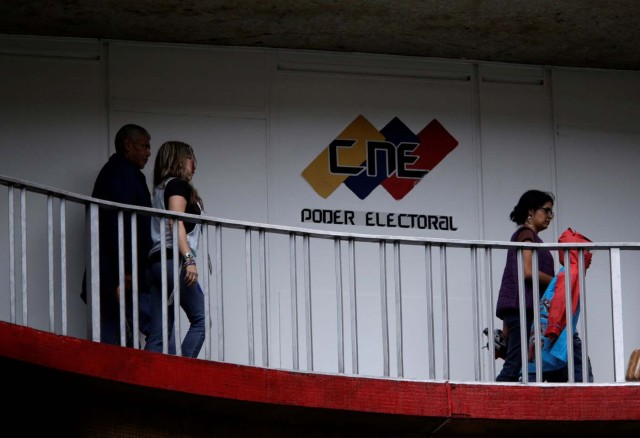 People walk in a building of the National Electoral Council (CNE) in Caracas, Venezuela July 28, 2017.  REUTERS/Marco Bello