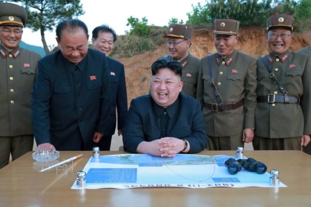 Imagen de archivo del líder de Corea del Norte, Kim Jong Un, reaccionando durante el lanzamiento de prueba de un misil balístico de largo alcance Hwasong-12 (Marte-12). Fotografía sin fecha divulgada por la Agencia Central de Noticias de Corea del Norte (KCNA) el 15 de mayo de 2017. KCNA via REUTERS/Imagen de archivo REUTERS    ATENCIÓN EDITORES - ESTA IMAGEN FUE PROVISTA POR UNA TERCERA PARTE. REUTERS NO PUDO VERIFICAR DE MANERA INDEPENDIENTE ESTA IMAGEN. NO DISPONIBLE PARA LA VENTA A TERCERAS PARTES. NO DISPONIBLE EN COREA DEL SUR.