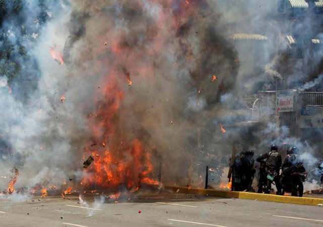Fuego en Caracas durante enfrentamientos entre fuerzas de seguridad y manifestantes opositores en la jornada en que se eligen los miembros de una Asamblea Constituyente. 30 de julio de 2017. REUTERS/Carlos García Rawlins