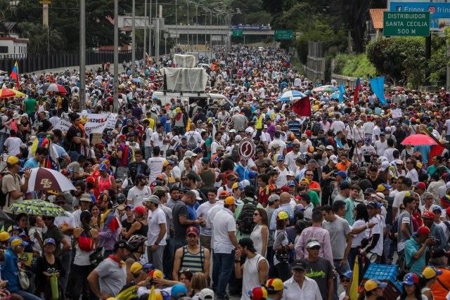 CAR04. CARACAS (VENEZUELA), 01/07/2017.- Manifestantes opositores participan en una marcha hoy, sábado 1 de julio de 2017, en Caracas (Venezuela). La oposición venezolana realiza hoy una concentración en Caracas como protesta contra la solicitud de antejuicio de mérito contra la fiscal de ese país, Luisa Ortega Díaz, que el Tribunal Supremo de Justicia (TSJ) admitió el pasado 20 de junio y con lo que la funcionaria podría ser enjuiciada. La coalición opositora Mesa de la Unidad Democrática (MUD) invitó a las personas a concentrarse en el este de Caracas, específicamente en la autopista Francisco Fajardo, principal arteria vial de la capital, a la altura de Los Ruices. EFE/Miguel Gutiérrez
