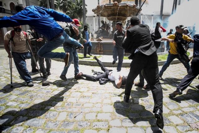 CAR26 - CARACAS (VENEZUELA), 05/07/2017 - El diputado Armando Armas (c) es golpeado por manifestantes en el piso en la Asamblea Nacional hoy, miércoles 5 de julio de 2017, en Caracas (Venezuela). Un grupo de simpatizantes del Gobierno venezolano irrumpió hoy por la fuerza en la Asamblea Nacional (AN, Parlamento), de mayoría opositora, y causaron heridas a algunos diputados que se encontraban en el recinto para una sesión en conmemoración del Día de la Independencia en el país. EFE/MIGUEL GUTIÉRREZ