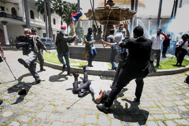 CAR28 - CARACAS (VENEZUELA), 05/07/2017 - El diputado Armando Armas (c) es golpeado por manifestantes en el piso en la Asamblea Nacional hoy, miércoles 5 de julio de 2017, en Caracas (Venezuela). Un grupo de simpatizantes del Gobierno venezolano irrumpió hoy por la fuerza en la Asamblea Nacional (AN, Parlamento), de mayoría opositora, y causaron heridas a algunos diputados que se encontraban en el recinto para una sesión en conmemoración del Día de la Independencia en el país. EFE/MIGUEL GUTIÉRREZ