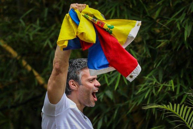CAR31. CARACAS (VENEZUELA), 08/07/2017.- El opositor venezolano Leopoldo López saluda a seguidores hoy, sábado 8 de julio de 2017, en la entrada de su casa en Caracas (Venezuela). Leopoldo López saludó hoy desde dentro de su residencia en Caracas a la que llegó esta madrugada tras recibir una medida de arresto domiciliario que le sacó de la prisión militar en la que estaba recluido desde febrero de 2014, con una condena de 14 años de cárcel. EFE/MIGUEL GUTIÉRREZ