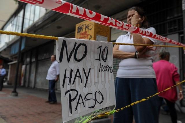 """CAR111. CARACAS (VENEZUELA), 10/07/2017.- Manifestantes bloquean una vía hoy, lunes 10 de julio de 2017, en Caracas (Venezuela). Los opositores venezolanos atendieron hoy a la convocatoria de realizar un """"trancazo"""" de calles en todo el país contra la """"dictadura"""" que se espera se extienda por diez horas, después de que la alianza antichavista intentara reducir esta protesta a solo dos horas. EFE/Miguel Gutiérrez"""