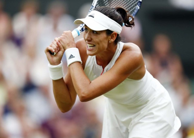Wimbledon (United Kingdom), 15/07/2017.- Garbine Muguruza of Spain returns to Venus Williams of the US in the women's final of the Wimbledon Championships at the All England Lawn Tennis Club, in London, Britain, 15 July 2017. (España, Londres, Tenis) EFE/EPA/NIC BOTHMA EDITORIAL USE ONLY/NO COMMERCIAL SALES