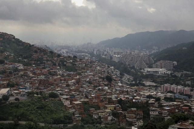 ACOMPAÑA CRÓNICA: VENEZUELA CRISIS - CAR004. CARACAS (VENEZUELA), 15/07/2017.- Vista general de una barriada hoy, sábado 15 de julio de 2017, en Caracas (Venezuela). Con el éxito asegurado en las zonas privilegiadas de Caracas, donde el chavismo nunca tuvo predicamento, la consulta opositora sobre la Asamblea Constituyente que impulsa el presidente Nicolás Maduro se la juega ahora en los barrios populares que vieron en Hugo Chávez el mesías de la Revolución Bolivariana. EFE/Miguel Gutiérrez