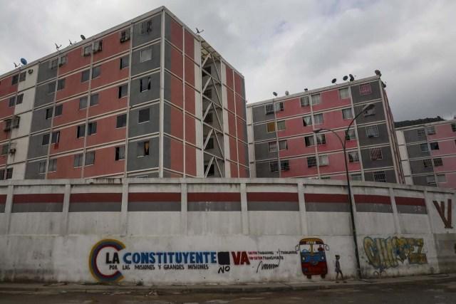ACOMPAÑA CRÓNICA: VENEZUELA CRISIS - CAR008. CARACAS (VENEZUELA), 15/07/2017.- Vista general de una pared decorada con propaganda de la Asamblea Nacional Constituyente hoy, sábado 15 de julio de 2017, en Caracas (Venezuela). Con el éxito asegurado en las zonas privilegiadas de Caracas, donde el chavismo nunca tuvo predicamento, la consulta opositora sobre la Asamblea Constituyente que impulsa el presidente Nicolás Maduro se la juega ahora en los barrios populares que vieron en Hugo Chávez el mesías de la Revolución Bolivariana. EFE/Miguel Gutiérrez
