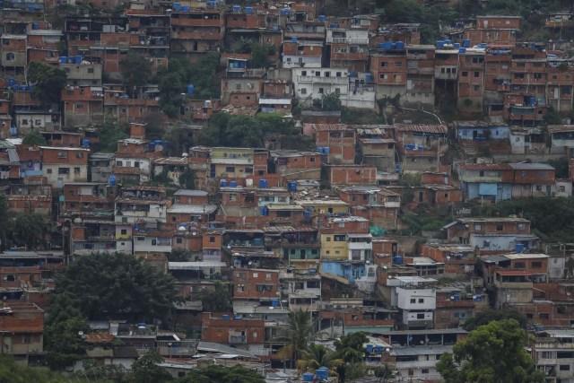 ACOMPAÑA CRÓNICA: VENEZUELA CRISIS - CAR009. CARACAS (VENEZUELA), 15/07/2017.- Vista general de una barriada hoy, sábado 15 de julio de 2017, en Caracas (Venezuela). Con el éxito asegurado en las zonas privilegiadas de Caracas, donde el chavismo nunca tuvo predicamento, la consulta opositora sobre la Asamblea Constituyente que impulsa el presidente Nicolás Maduro se la juega ahora en los barrios populares que vieron en Hugo Chávez el mesías de la Revolución Bolivariana. EFE/Miguel Gutiérrez
