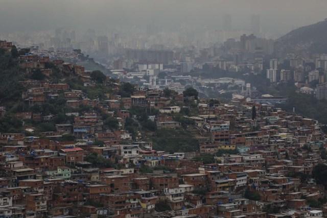 ACOMPAÑA CRÓNICA: VENEZUELA CRISIS - CAR010. CARACAS (VENEZUELA), 15/07/2017.- Vista general de una barriada hoy, sábado 15 de julio de 2017, en Caracas (Venezuela). Con el éxito asegurado en las zonas privilegiadas de Caracas, donde el chavismo nunca tuvo predicamento, la consulta opositora sobre la Asamblea Constituyente que impulsa el presidente Nicolás Maduro se la juega ahora en los barrios populares que vieron en Hugo Chávez el mesías de la Revolución Bolivariana. EFE/Miguel Gutiérrez