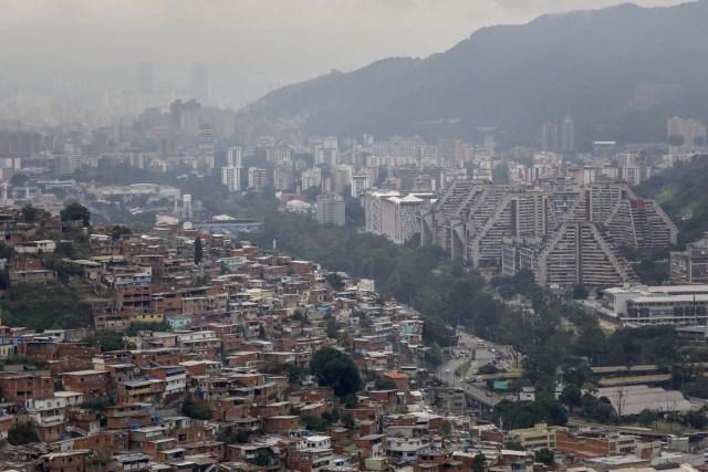 ACOMPAÑA CRÓNICA: VENEZUELA CRISIS - CAR011. CARACAS (VENEZUELA), 15/07/2017.- Vista general de una barriada hoy, sábado 15 de julio de 2017, en Caracas (Venezuela). Con el éxito asegurado en las zonas privilegiadas de Caracas, donde el chavismo nunca tuvo predicamento, la consulta opositora sobre la Asamblea Constituyente que impulsa el presidente Nicolás Maduro se la juega ahora en los barrios populares que vieron en Hugo Chávez el mesías de la Revolución Bolivariana. EFE/Miguel Gutiérrez