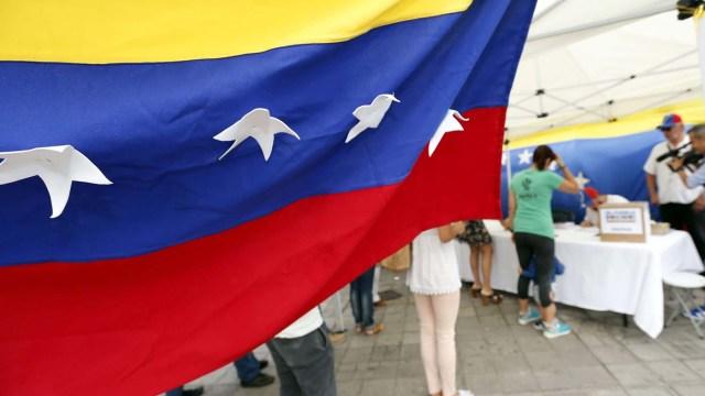 GRA025. LAS PALMAS DE GRAN CANARIA, 16/07/2017.- Varios ciudadnos venezolanos en el centro de votación de la consulta popular que se celebra hoy en Venezuela y en más de 200 ciudades en todo el mundo, incluidas las siete islas canarias. EFE/Elvira Urquijo A.