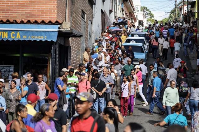 """VEN02. CARACAS (VENEZUELA), 16/07/2017.- Chavistas esperan en la calle para votar en la consulta popular impulsada por los opositores del presidente Nicolás Maduro hoy, domingo 16 de julio de 2017, en Caracas (Venezuela). El chavismo pidió que los procesos que se realizan hoy en Venezuela """"se desarrollen en paz"""" al referirse al simulacro de votación para una Asamblea Nacional Constituyente y a la consulta popular convocada por la oposición para aprobar o desaprobar la iniciativa del Gobierno de cambiar la Carta Magna. EFE/Miguel Gutiérrez"""
