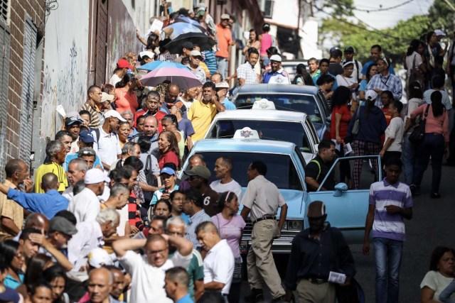 """VEN04. CARACAS (VENEZUELA), 16/07/2017.- Chavistas esperan en la calle para votar en la consulta popular impulsada por los opositores del presidente Nicolás Maduro hoy, domingo 16 de julio de 2017, en Caracas (Venezuela). El chavismo pidió que los procesos que se realizan hoy en Venezuela """"se desarrollen en paz"""" al referirse al simulacro de votación para una Asamblea Nacional Constituyente y a la consulta popular convocada por la oposición para aprobar o desaprobar la iniciativa del Gobierno de cambiar la Carta Magna. EFE/Miguel Gutiérrez"""