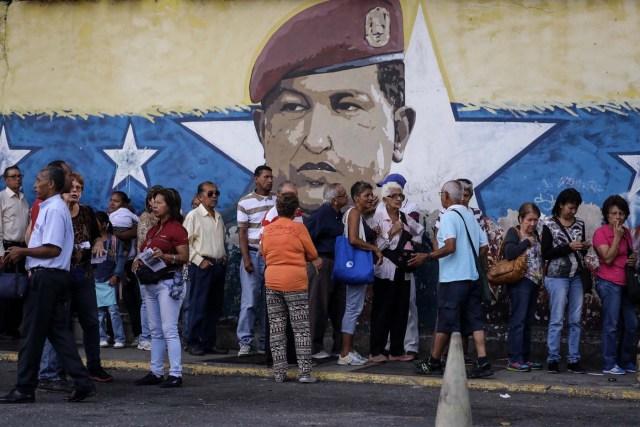 """VEN09. CARACAS (VENEZUELA), 16/07/2017.- Chavistas esperan en la calle para votar en la consulta popular impulsada por los opositores del presidente Nicolás Maduro hoy, domingo 16 de julio de 2017, en Caracas (Venezuela). El chavismo pidió que los procesos que se realizan hoy en Venezuela """"se desarrollen en paz"""" al referirse al simulacro de votación para una Asamblea Nacional Constituyente y a la consulta popular convocada por la oposición para aprobar o desaprobar la iniciativa del Gobierno de cambiar la Carta Magna. EFE/Miguel Gutiérrez"""