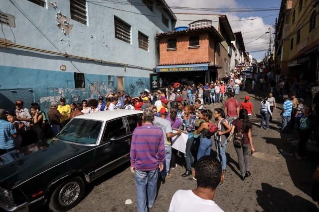 """VEN14. CARACAS (VENEZUELA), 16/07/2017.- Chavistas esperan en la calle para votar en la consulta popular impulsada por los opositores del presidente Nicolás Maduro hoy, domingo 16 de julio de 2017, en Caracas (Venezuela). El chavismo pidió que los procesos que se realizan hoy en Venezuela """"se desarrollen en paz"""" al referirse al simulacro de votación para una Asamblea Nacional Constituyente y a la consulta popular convocada por la oposición para aprobar o desaprobar la iniciativa del Gobierno de cambiar la Carta Magna. EFE/Miguel Gutiérrez"""