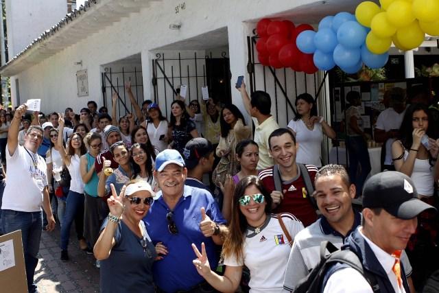 MED704. MEDELLÍN (COLOMBIA), 16/07/2017.- Un grupo de venezolanos asisten a votar para la consulta popular de la oposición contra el proceso constituyente impulsado por el presidente de Venezuela, Nicolás Maduro hoy, domingo 16 de julio de 2017, en Medellín (Colombia). Venezolanos residentes en Colombia acuden hoy de forma masiva para votar en la consulta promovida por la oposición para desactivar el proceso constituyente impulsado por el presidente de Venezuela, Nicolás Maduro. EFE/LUIS EDUARDO NORIEGA A.