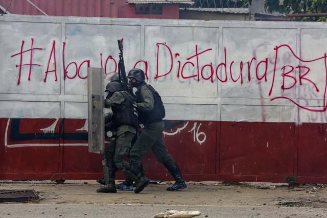 CAR207. CARACAS (VENEZUELA), 20/07/2017. Manifestantes opositores se enfrentan a la Guardia Nacional Bolivariana (GNB) hoy, sábado 22 de julio de 2017, en Caracas (Venezuela). Varias personas resultaron heridas hoy en Venezuela cuando la Guardia Nacional Bolivariana (GNB, Policía militarizada) interceptó marchas ciudadanas de apoyo a los nuevos magistrados del Tribunal Supremo de Justicia (TSJ) designados este viernes por el Parlamento, de mayoría opositora. EFE/Cristian Hernández