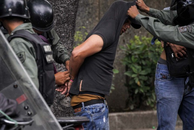 CAR301. CARACAS (VENEZUELA), 20/07/2017. La Guardia Nacional Bolivariana (GNB) se lleva a un manifestante opositor durante una protesta hoy, sábado 22 de julio de 2017, en Caracas (Venezuela). Varias personas resultaron heridas hoy en Venezuela cuando la Guardia Nacional Bolivariana (GNB, Policía militarizada) interceptó marchas ciudadanas de apoyo a los nuevos magistrados del Tribunal Supremo de Justicia (TSJ) designados este viernes por el Parlamento, de mayoría opositora. EFE/Miguel Gutiérrez