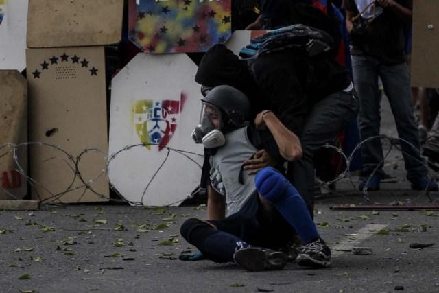 CAR301. CARACAS (VENEZUELA), 20/07/2017. Manifestantes opositores se enfrentan a la Guardia Nacional Bolivariana (GNB) hoy, sábado 22 de julio de 2017, en Caracas (Venezuela). Varias personas resultaron heridas hoy en Venezuela cuando la Guardia Nacional Bolivariana (GNB, Policía militarizada) interceptó marchas ciudadanas de apoyo a los nuevos magistrados del Tribunal Supremo de Justicia (TSJ) designados este viernes por el Parlamento, de mayoría opositora. EFE/Miguel Gutiérrez