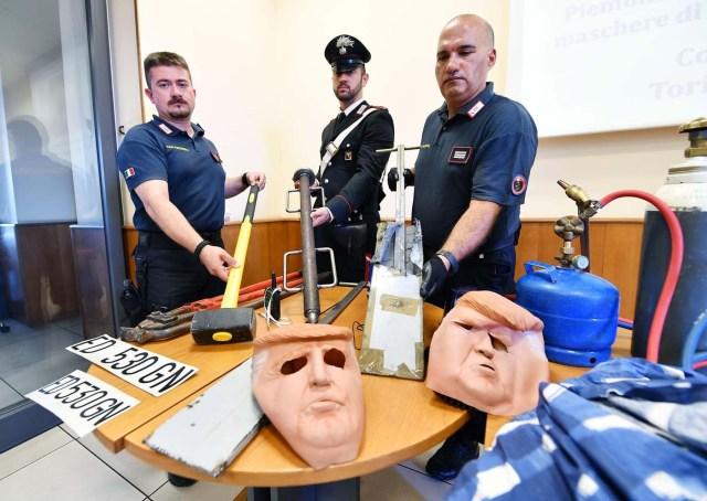 HAR01 TURÍN (ITALIA), 24/07/2017.- Miembros de los Carabinari muestran unas máscaras con la imagen del presidente de Estados Unidos, Donald Trump, usadas por dos ladrones, durante una rueda de prensa en Turín, Italia, hoy, 24 de julio de 2017. Dos hermanos, Vittorio y Ivan Lafore, utilizaron las máscaras cuando trataban de robar en un cajero automático. Ambos fueron arrestados hoy en Turín. EFE/Alessandro Di Marco
